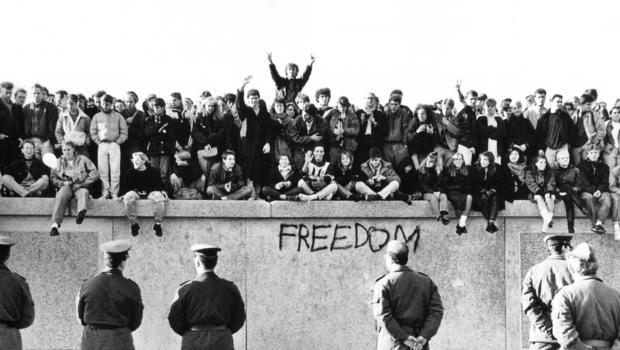 Resultado de imagen de la caida del muro de berlin